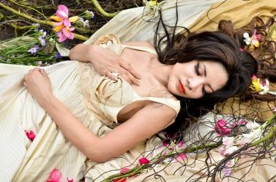 Kép forrása: freedigitalphotos.net, Young Beautiful Woman Sleeping With Flowers Outdoor by Just2shutter