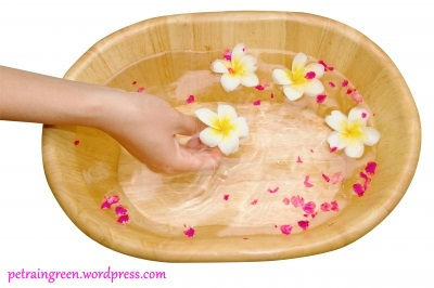 Forrás: freedigitalphotos.net, Woman Hands Spa In Bamboo Bowl by Praisaeng