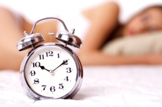 Kép forrása: freedigitalphotos.net, Alarm Clock And Woman by photostock